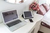 Laptop mit Tablet und Smartphone auf Tisch — Stockfoto