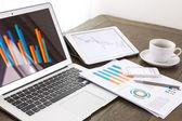 Computer portatile, tablet, smartphone e caffè tazza con docume finanziaria — Foto Stock