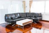 Black sofa in room — Stockfoto