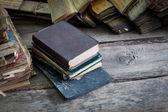 Vintage viejos libros de mesa de madera — Foto de Stock