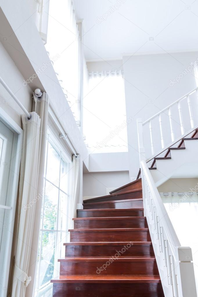 pasamanos y escaleras de madera interiores u foto de stock