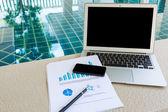 Ordinateur portable, tablette, smartphone avec des documents financiers à la piscine — Photo