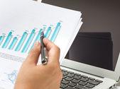 Detail podnikatel používat přenosný počítač s finanční diagramu — Stock fotografie