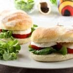Mozzarella peyniri, domates, marul ile sandviçler — Stok fotoğraf #13572133
