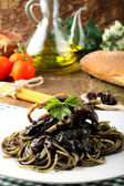 Pasta with squid ink and fresh tomatoes — Stock Photo