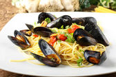 Pasta with mussels and cherry tomatoes — Stock Photo
