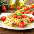 Pasta with fresh tomatoes, tuna and basil — Stock Photo