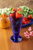 Cup met verse aardbeien — Stockfoto