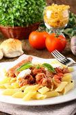 макароны с помидорами, колбасой и рикоттой — Стоковое фото