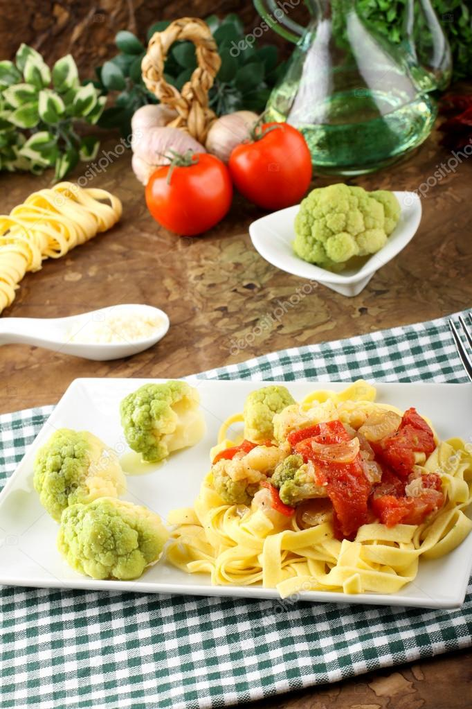 Noodles with broccoli, bacon and tomato on complex background — Stock Photo #20124631