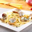 Spaghetti with fresh clams and parsley — Stock Photo