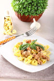 Tortellini with meat sauce and basil — Stockfoto