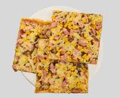 Pizza på en tallrik, utsikt från toppen — Stockfoto