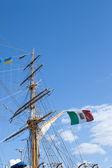 Мачты, парусный корабль против голубого неба — Стоковое фото