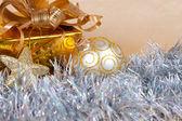 Fundo de Natal com uma caixa de presente e um enfeites de Natal — Fotografia Stock