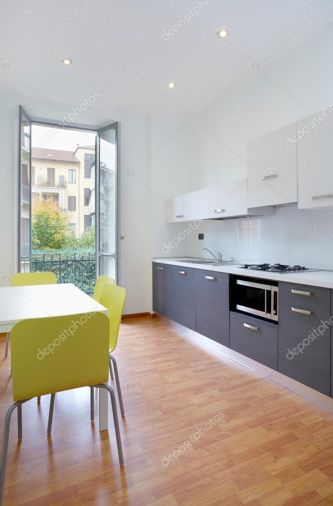 Moderne keuken in kleine nieuwe appartement — stockfoto © andreaa ...
