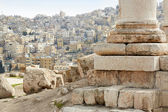 Column of temple of hercules in Amman with city view — Stock Photo