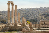 Temple of Hercules in Amman with city view, Jordan — Stockfoto