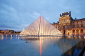 Louvre museum and pyramid night in Paris — Stock Photo