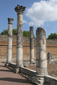 Ruin of ancient corinthian columns in Hadrian's Villa — Stock Photo