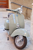 Classic Vespa is one of the products of the industrial design world's most famous and most often used as a symbol of Italian design. Tuscany - Italy — Stock Photo