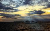 Puesta del sol y silhouett barco — Foto de Stock