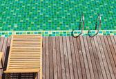 Krzesła stronie basenu — Zdjęcie stockowe