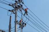 Pracovníci řeší elektrické vedení — Stock fotografie
