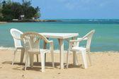Sillas y mesa en la playa — Foto de Stock