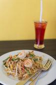 Macarrão frito com camarão — Foto Stock