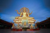 Statue dorée de bouddha à l'aube dans l'île de samui, thaïlande — Photo