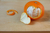 Honey tangerines and heart shape on modearn wooden table. — Stock Photo