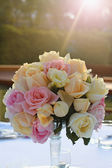 Roses bouquet arrange for wedding table decoration in garden — Stock Photo