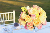 Roses bouquet arrange for wedding table decoration — Stock Photo