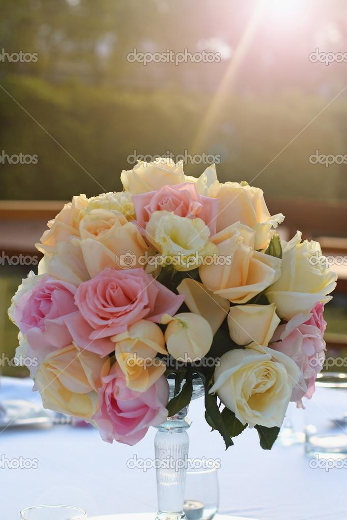 Ramo de rosas arreglos para decoraci n de la mesa de boda for Arreglo de mesa para boda en jardin