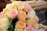 Roses bouquet arrange for wedding  decoration in garden — Stockfoto