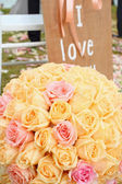 Roses bouquet arrange for wedding  decoration in garden — Stock Photo