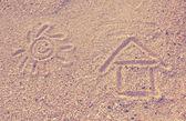 Feliz sol desenhado na areia — Fotografia Stock