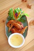 Alas de pollo fied en plato — Foto de Stock