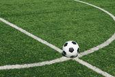 Футбольный мяч зеленое поле трав — Стоковое фото