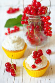 Cupcakes and berries. — Stock Photo
