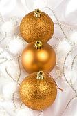 золотые рождественские безделушки — Стоковое фото