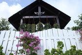 用鲜花和凉亭屋顶白色的篱笆 — 图库照片