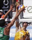 Beach volleyball latvia brazil net — Stock Photo