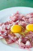 Huevo de yema y carne cruda — Foto de Stock