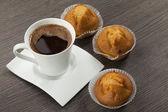 Kopjes koffie en muffins — Stockfoto