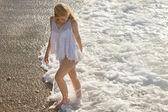 Plajda çalışan genç kız — Stok fotoğraf