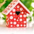 Red birdhouse in white polka dot - 图库照片