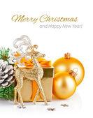 Ciervos de la navidad oro con firtree sucursal y regalo — Foto de Stock