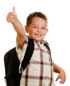 Счастливый школьник носить рюкзак и давая пальцы, изолированные на белом фоне — Стоковое фото